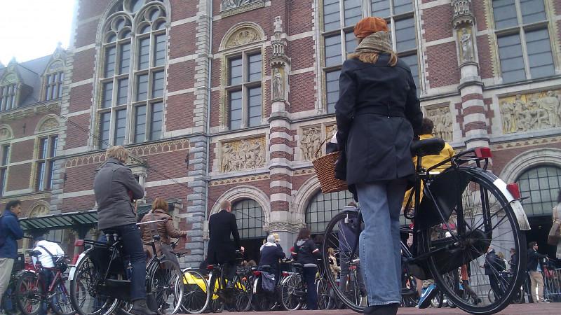 Eerste fietsers na 10 jaar weer door fietstunnel onder Rijksmuseum