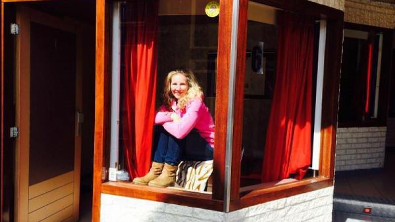 Isabella achter het raam