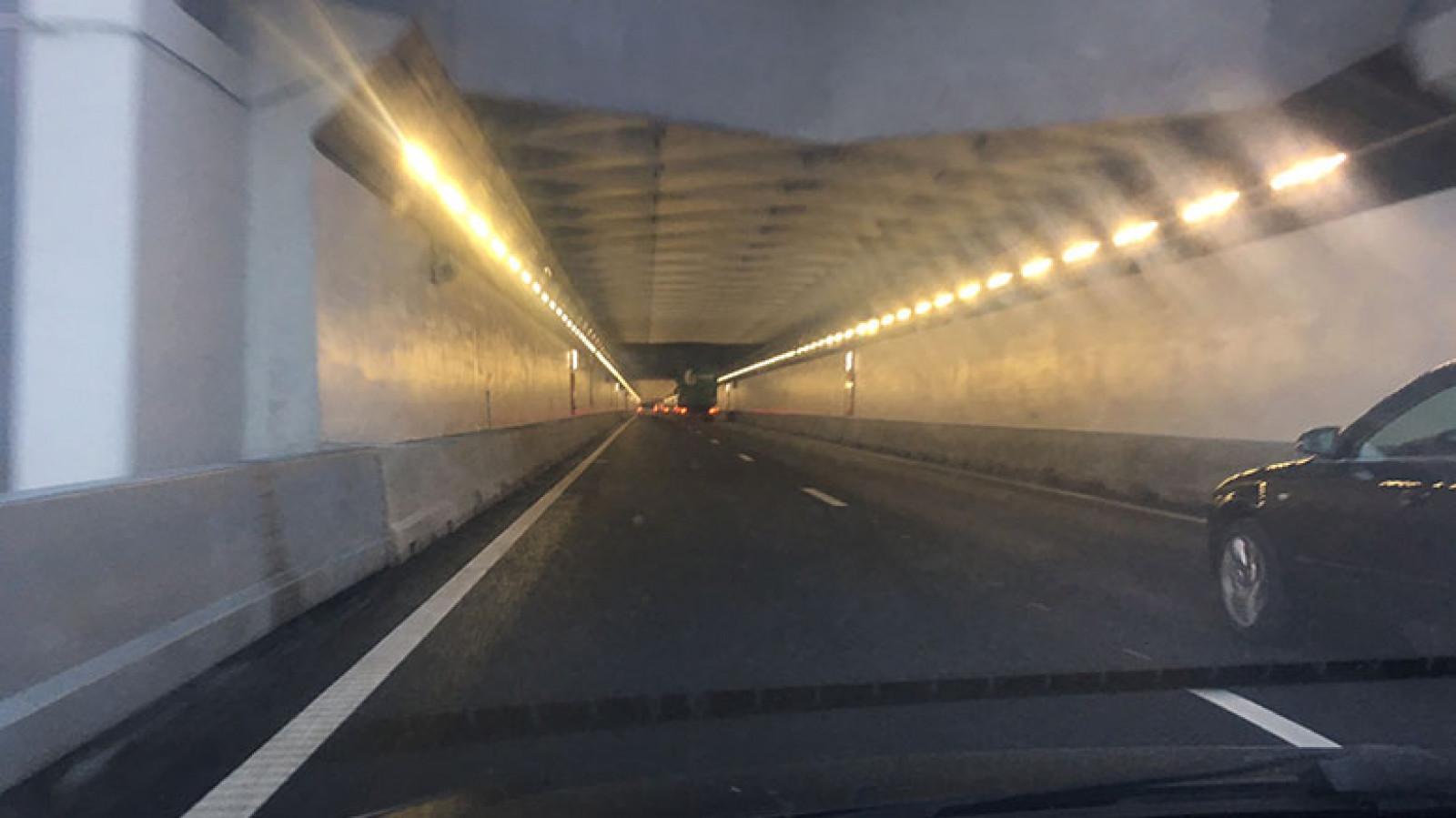 Velsertunnel richting het zuiden afgesloten door ongeval.