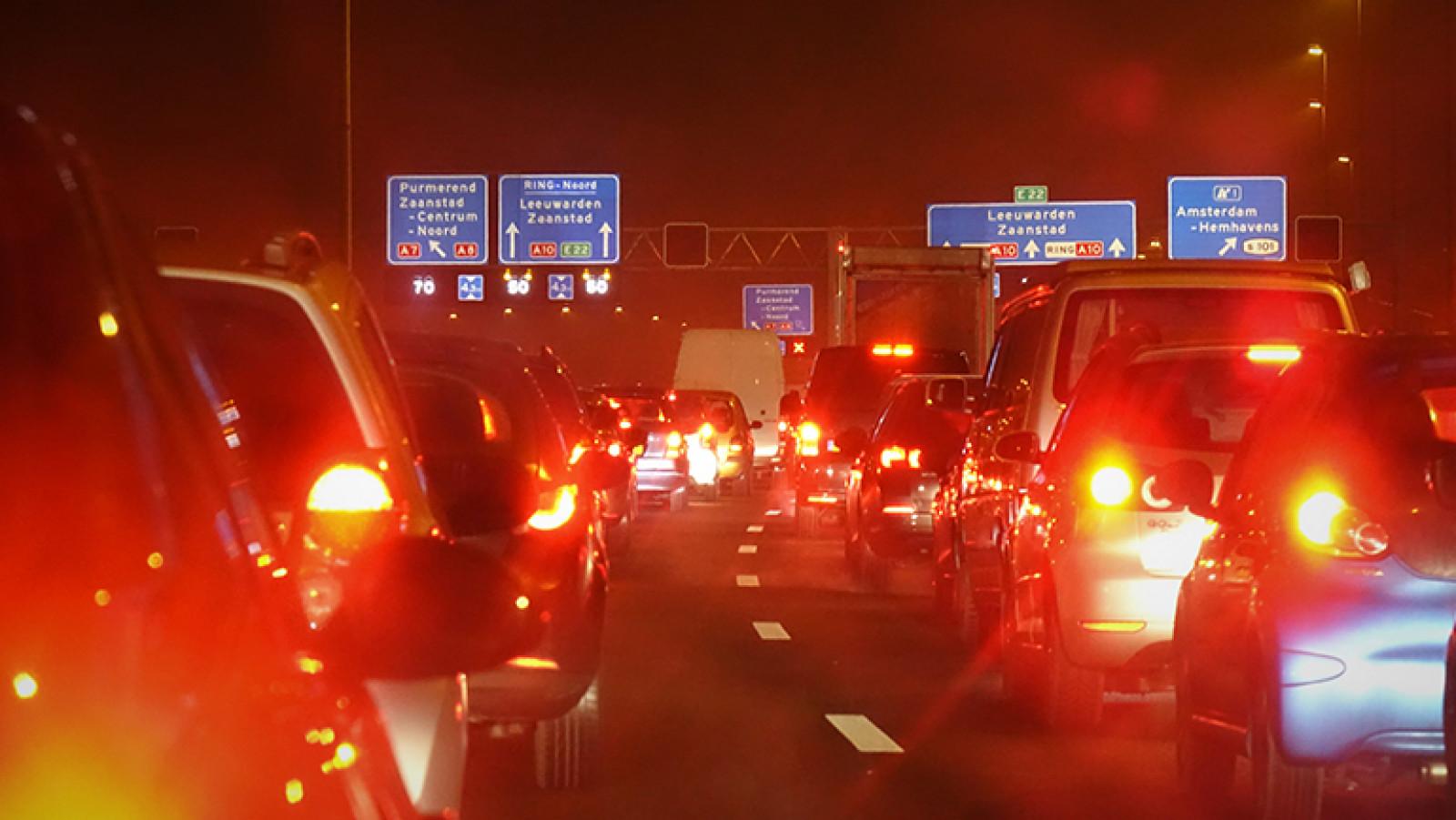 Ongeluk met zeven autos op A8 bij knooppunt Zaandam.