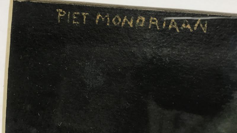 De handtekening van Mondriaan op het schilderij