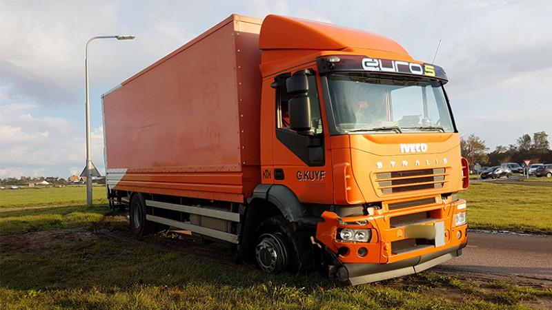 N9 dicht door ongeluk met auto en vrachtwagen