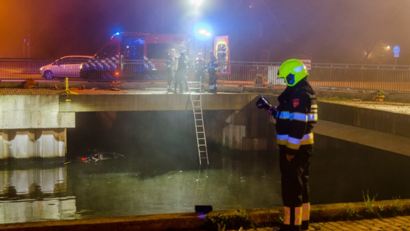 Auto te water in Nieuw-Vennep