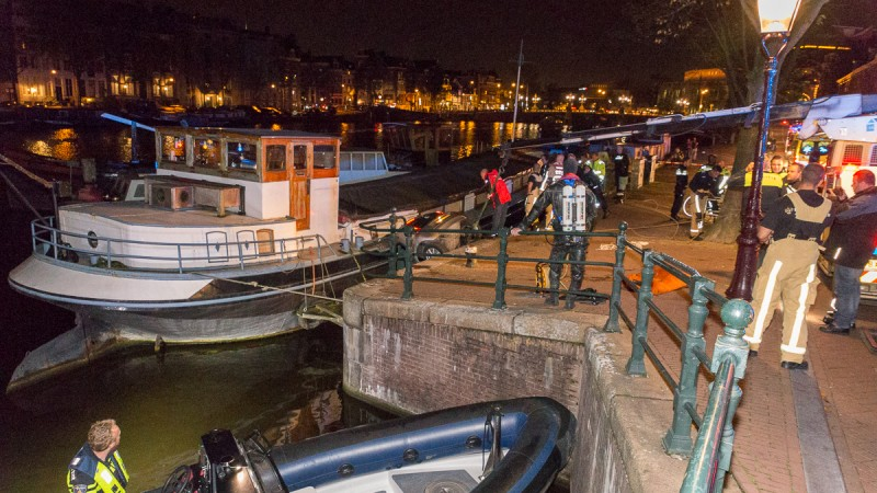 Automobiliste belandt tussen wal en schip