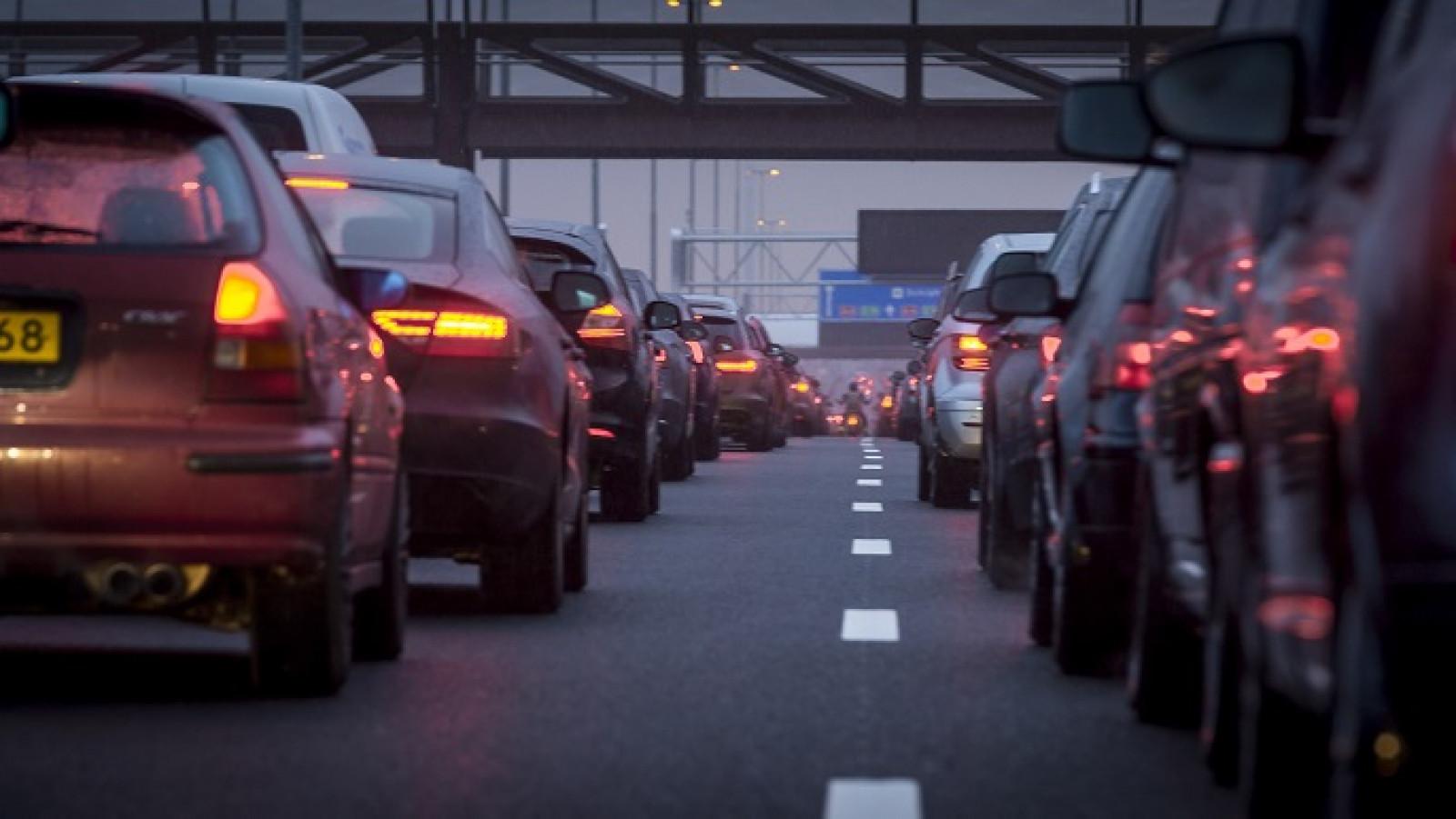 Flinke files rond Amsterdam door ongeluk en drukte.