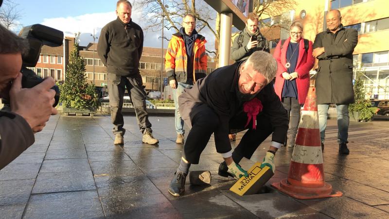 Wethouder Wimar Jaeger legt de eerste steen voor de toeristische mediaroute in Hilversum