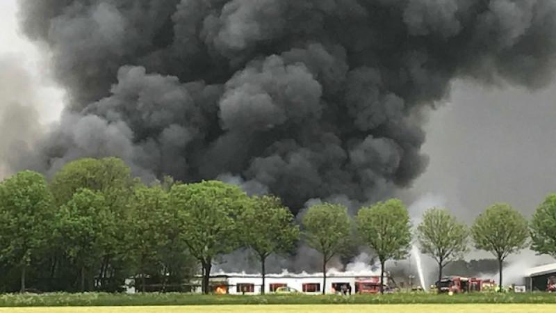 Dikke rook door brand in Wijdenes