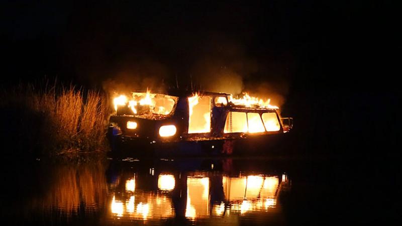 boot in vlammen op oudkarspel