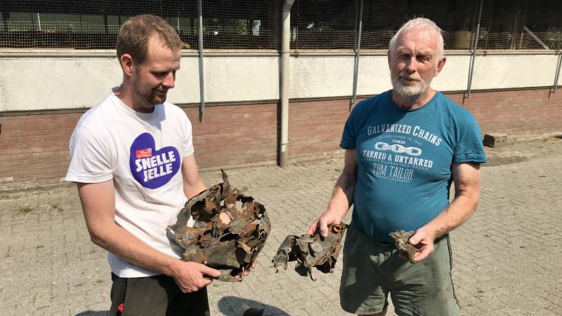 Jos en Jan Rodenburg met staartstukken van de brisantbom