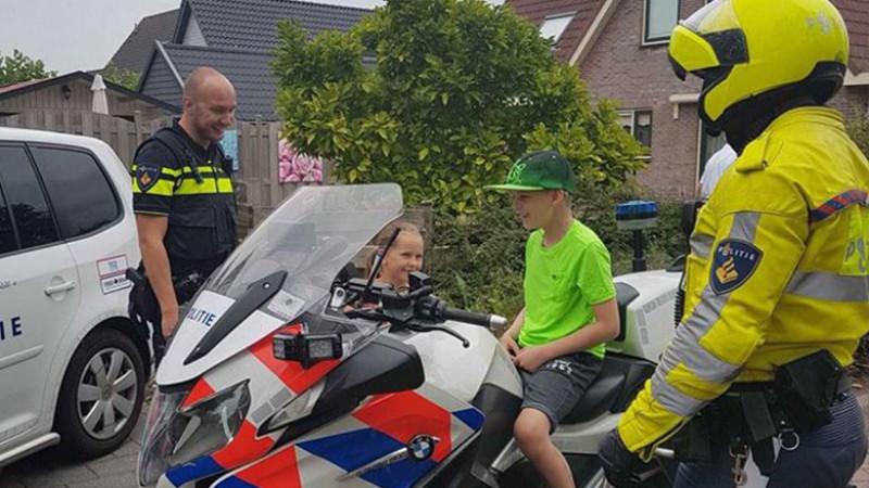 Alkmaar politieagenten brengen bezoekje aan jonge kankerpatiënt