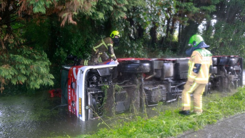 Brandweerwagen glijdt sloot in bij woningbrand Heerhugowaard