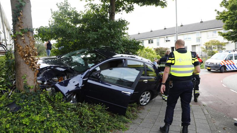 Auto botst op boom in Velserbroek