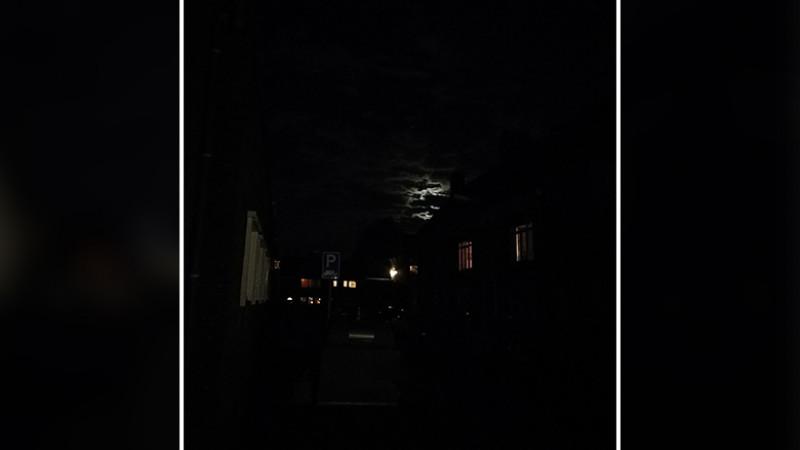 Weg in Diemen in duisternis gehuld