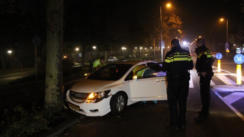 Auto op boom in Amsterdam-Noord