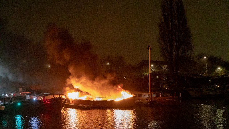 Sloep brandt uit in Amsterdam-Noord