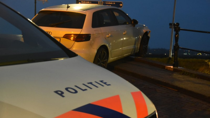 Automobilist ramt brugleuning in Oosthuizen