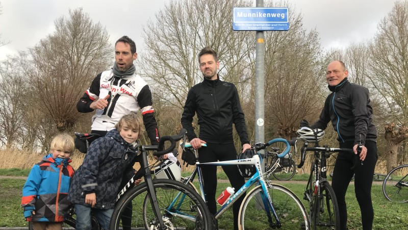 Laurens ten Dam (l) na onthulling bord Munnikenweg