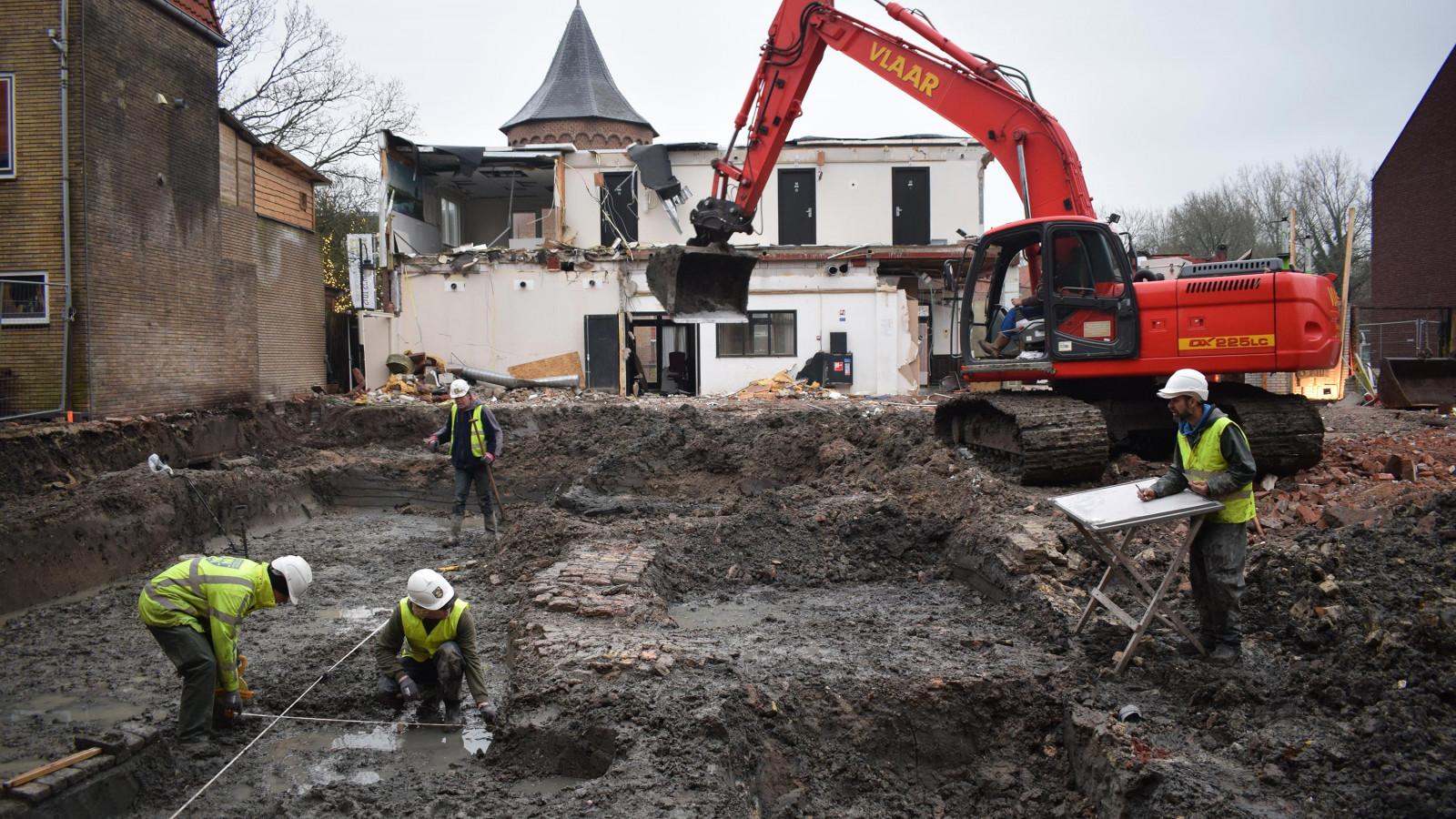 De opgraving met op de achtergrond de toren van het kasteel. Foto: Archeologie West Friesland