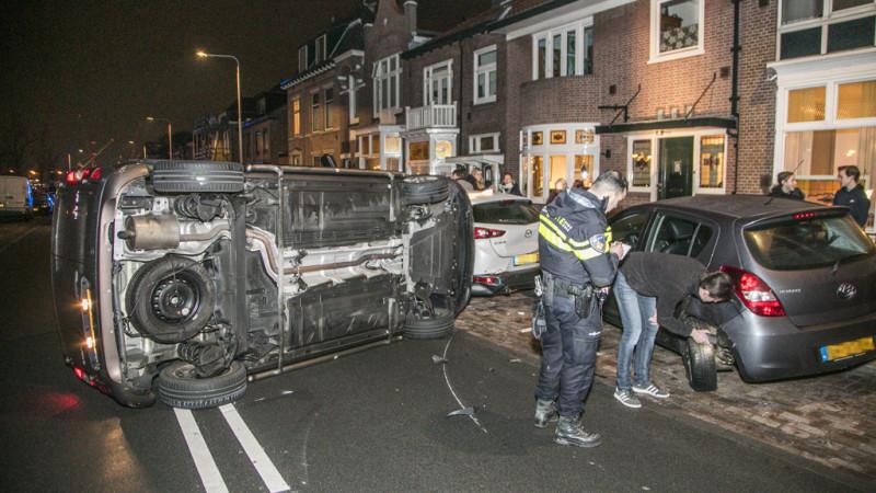 Auto op z'n kant in IJmuiden