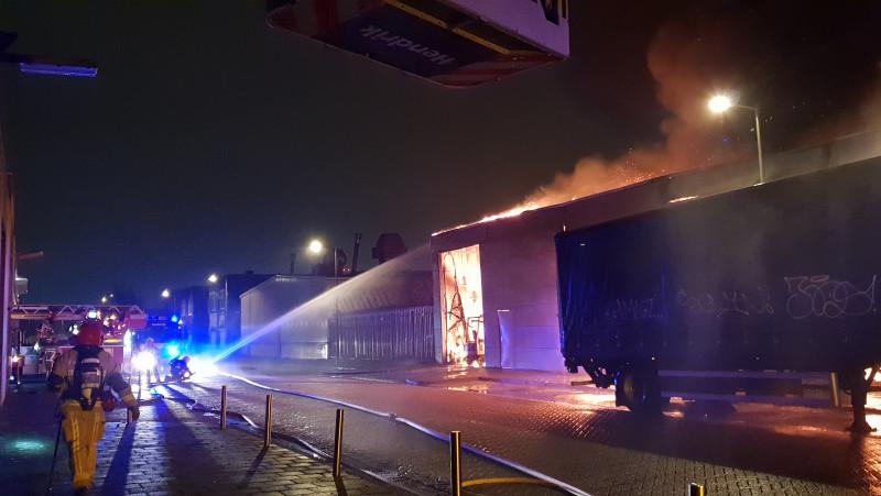 Veel rook bij grote brand in Amsterdams autobedrijf