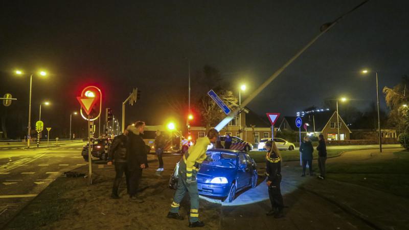 Auto komt tot stilstand tegen lantaarnpaal