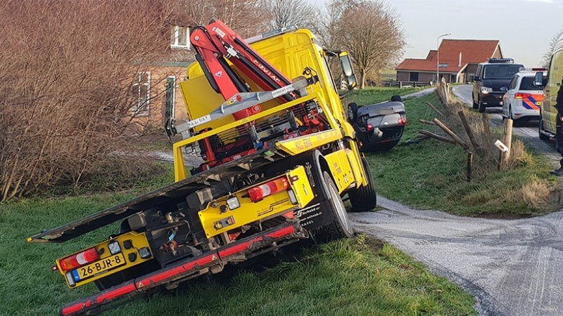 Auto van Berkmeerdijk in Obdam gegleden, ook berger glijdt weg