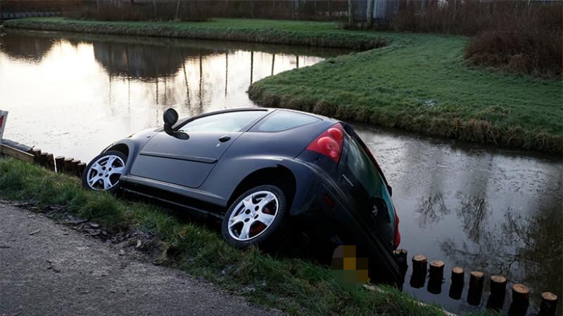 Auto bijna te water in Zuidermeer