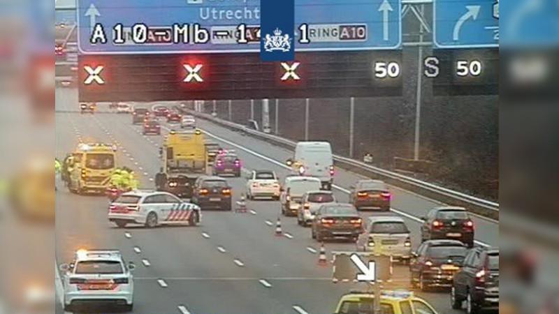 Meer dan een uur vertraging op A10 Noord door ongeluk.