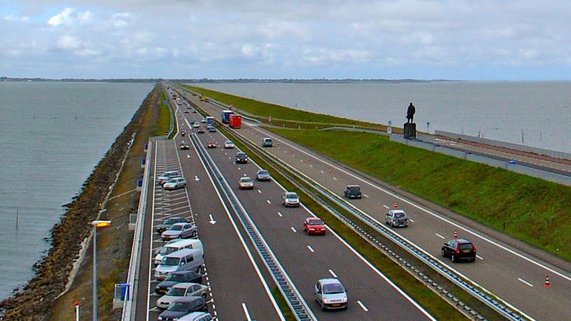 Twee zwaargewonden bij ongeluk met pijlwagen Afsluitdijk.