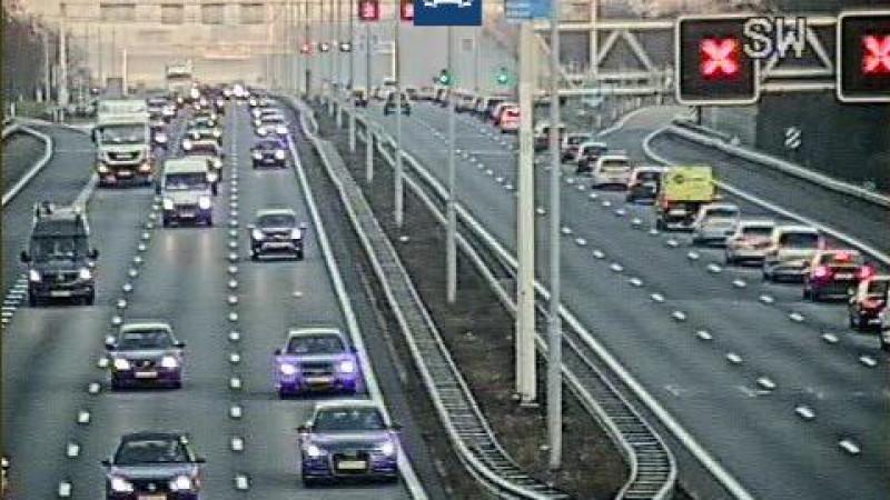 Twee rijstroken dicht door ongeval op A1.