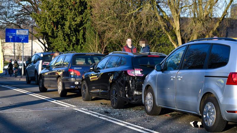 Botsing tussen meerdere autos bij Media Park in Hilversum.