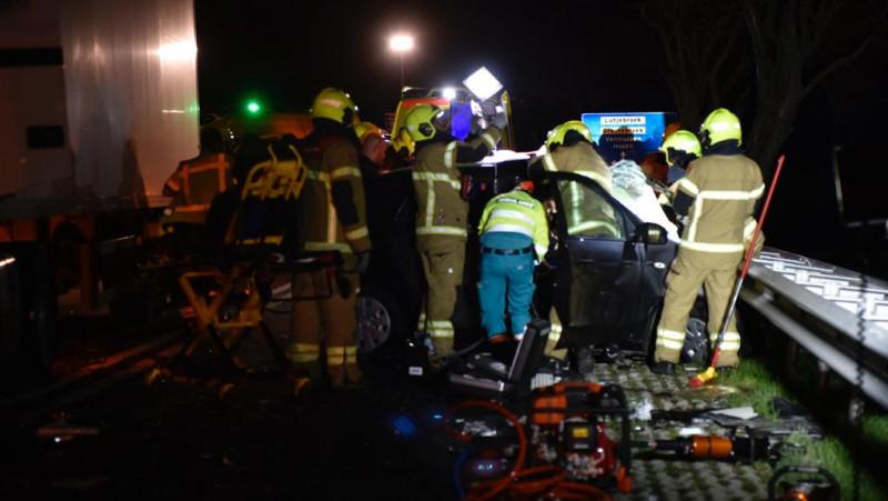 Jongen en meisje gewond bij frontale botsing met vrachtwagen.