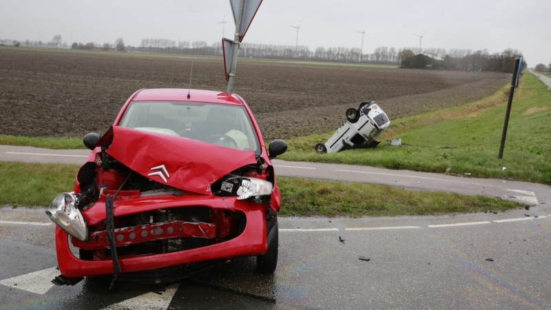 Flinke schade en bestelbusje op de kop na botsing in Wieringerwerf.