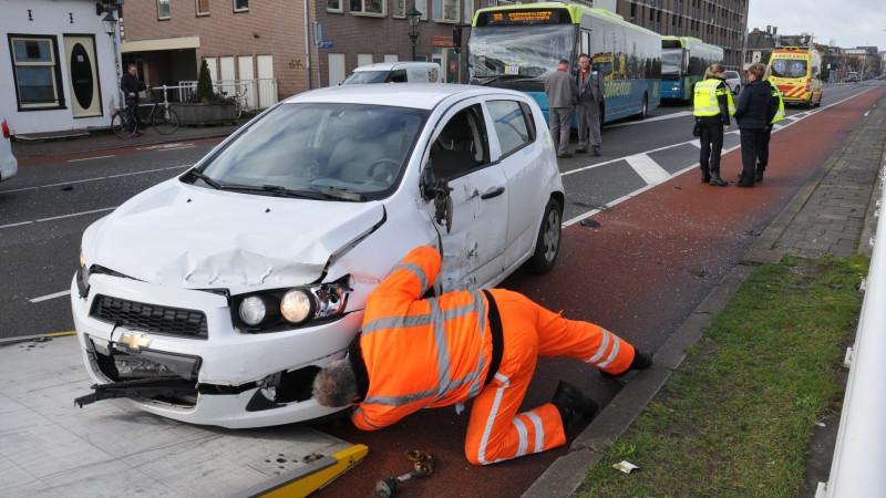 Forse schade bij aanrijding tussen lijnbus en auto in Alkmaar