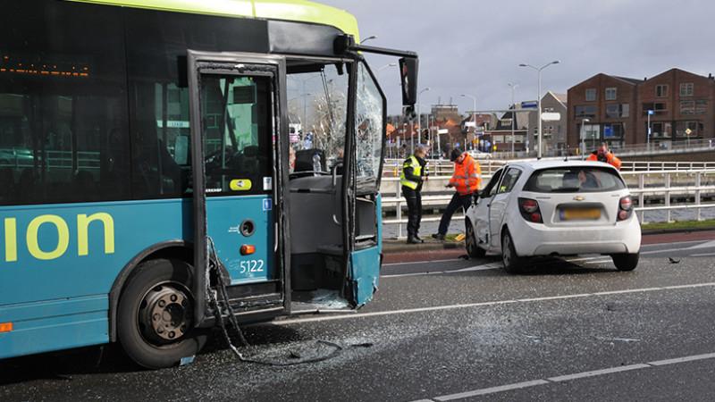 Forse schade bij aanrijding tussen lijnbus en auto in Alkmaar.