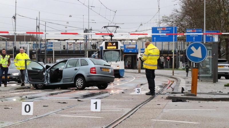 Twee gewonden bij ongeluk met drie autos in Amsterdam.