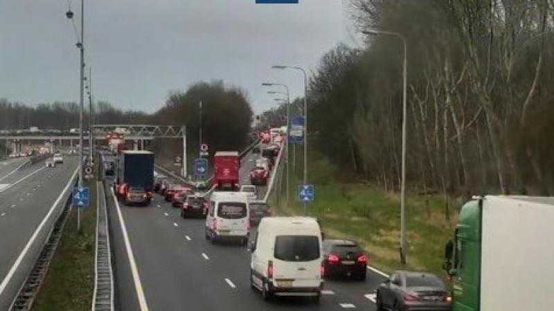 Ongeluk op A22 richting Velsen, rijstrook dicht.