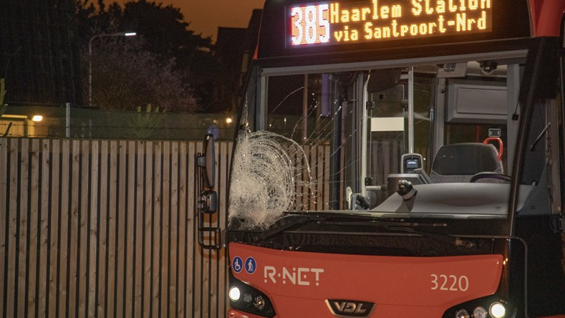 Fietser zwaargewond na aanrijding met bus in Driehuis.