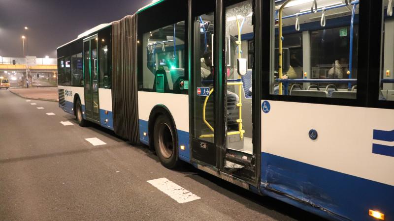 Auto rijdt tegen bus Amsterdam