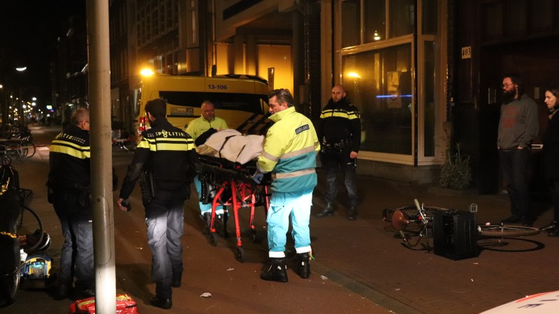 Fietsster en scooterrijdster gewond na botsing in Amsterdam.