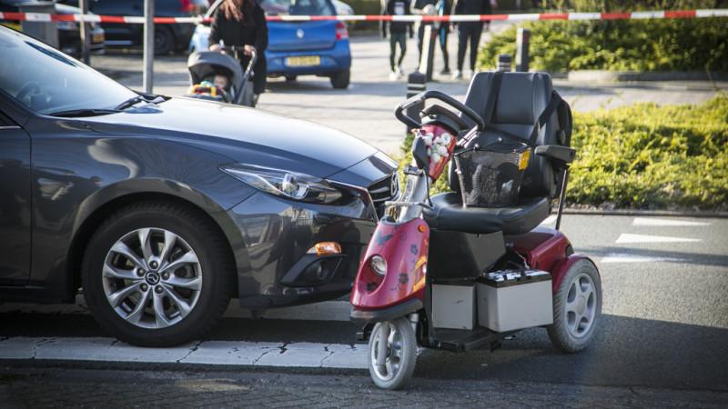 Vrouw in scootmobiel gewond na aanrijding met auto in Velserbroek.