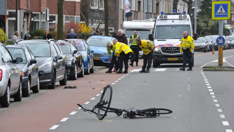 Fietser gereanimeerd na aanrijding met auto in Alkmaar.