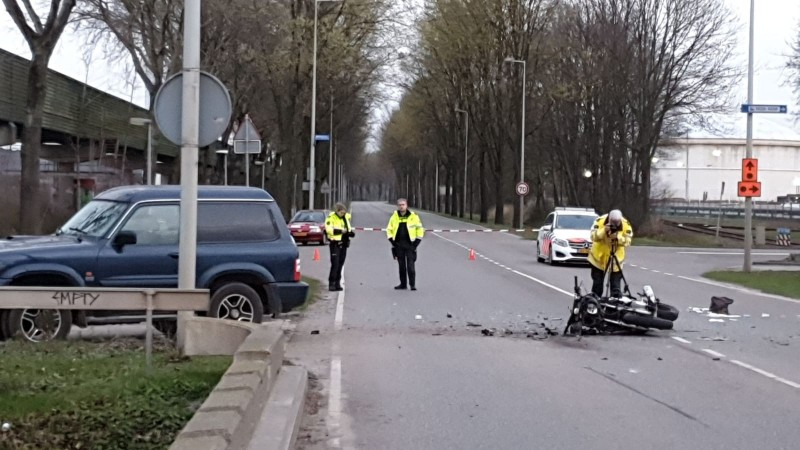 Zware aanrijding tussen auto en motor in Amsterdam.