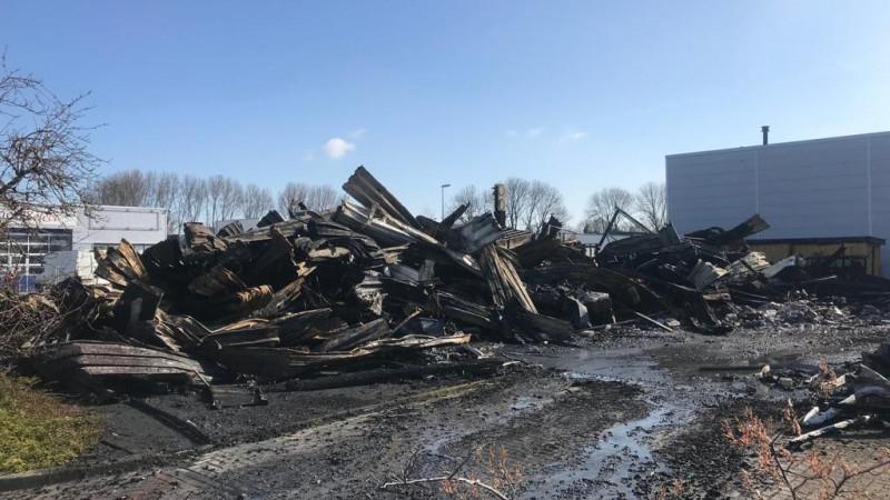 Niets meer over van bedrijfspand na verwoestende brand in Alkmaar