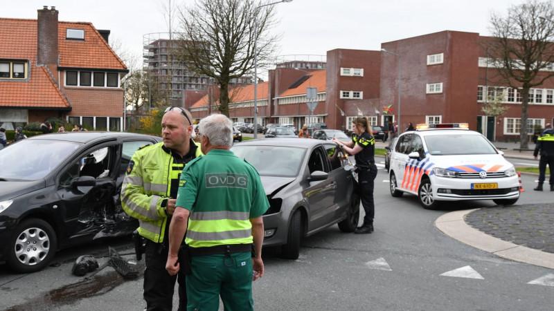 Drie gewonden bij flinke botsing op kruising Hilversum, weg afgezet.