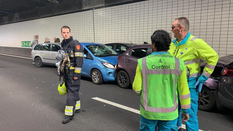 Chaos op wegen na kettingbotsing Wijkertunnel: Stel je reis uit.