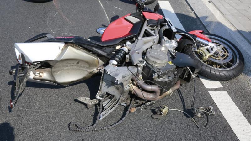 Motor verliest achterwiel bij aanrijding in De Goorn.