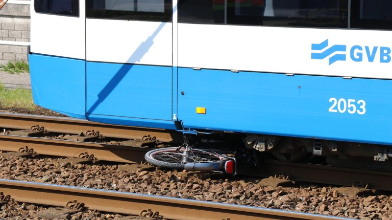 Fietser gewond bij botsing met tram in Amsterdam.
