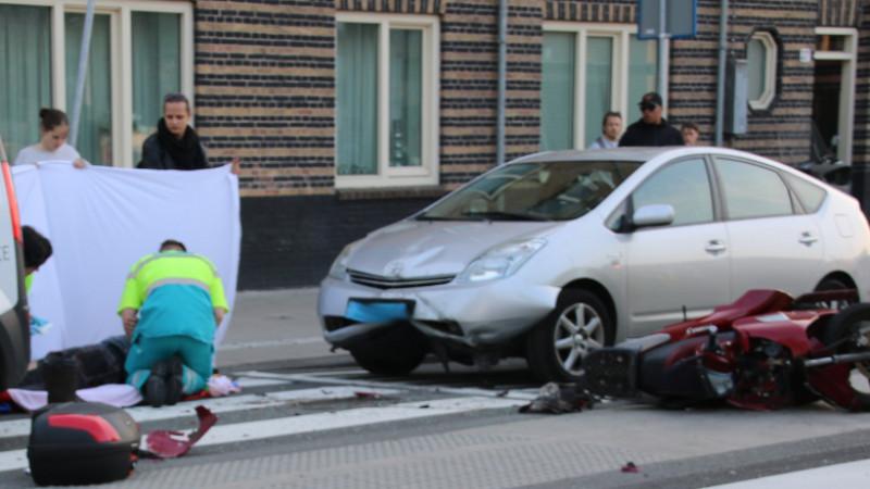 Scooterrijder gewond bij kop-staartbotsing: taxichauffeur onder invloed opgepakt.