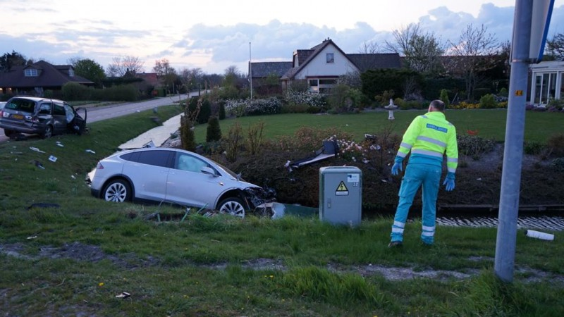 Twee autos total loss na flinke botsing in Breezand.